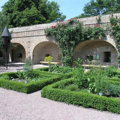 Lassen Sie den Rundgang durch die fantastische Welt des Gartenbaus im Kräutergarten ausklingen.
