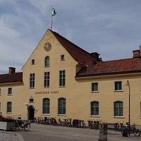 Du hittar Turistbyrån på Donners plats mitt i världsarvsstaden Visby
