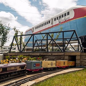 Hovertrain RTV 31 - Dwarfs the walk round Garden Railway