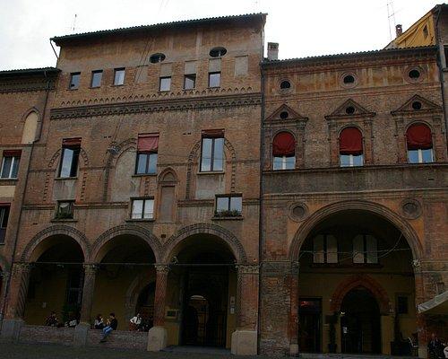La galerie avec les fenêtres retravaillées gauche de la place