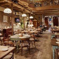 Ресторан Capuletti — итальянское заведение, совмещающее в себе тратторию и итальянскую кондитерс