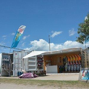 Nuestras instalaciones a pie de playa. Flow Watersports escuela y alquileres de windsurf, stand