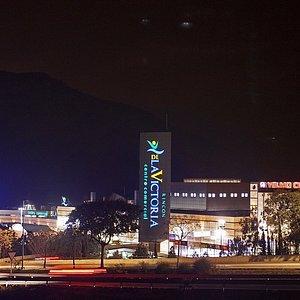 Vista noctura de la fachada del Centro Comercial Rincón de la Victoria