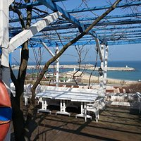 Gizli bahçe restorandan Karaburun liman manzarası