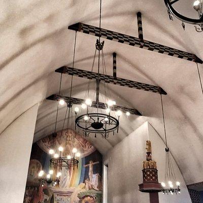 Volda kirke med korveggen som er malt av Hugo Lous Mohr.