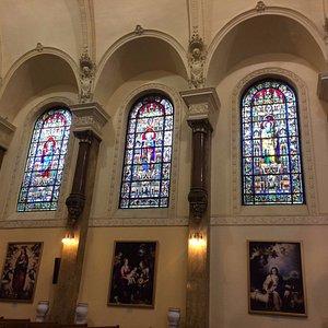 Vitrales en el interior de la iglesia.