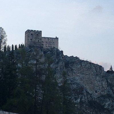 Rechts von der Burg die drei Klettersteige