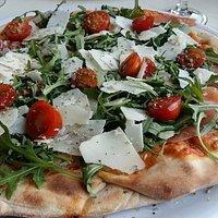 Délicieuse pizza avec des produits frais !  On s est régalé.  Très bon accueil ce qui ne gâté ri