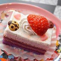お皿の可愛いカシスのケーキ。テントウムシがおいしいです。