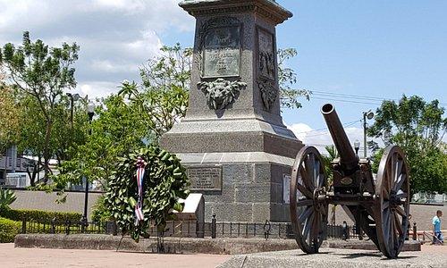 Estatua de Juan Santamaría con la ofrenda del 11 de abril