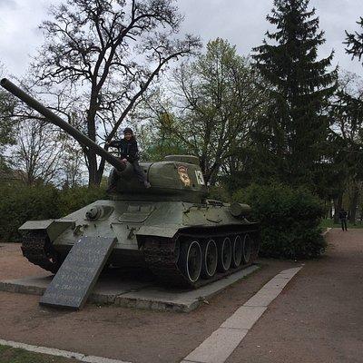 Главная площадь Пирятина, танк и вечный огонь, но огонь уже не горит. А велосипед на прилавке с