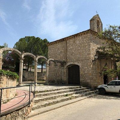 Arcadas del hospital, con la ermita al fondo.
