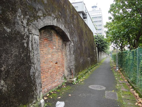 当時の監獄の壁だけが遺されています