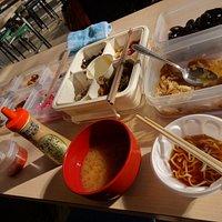 テーブルの上に試食品が並んでいる。