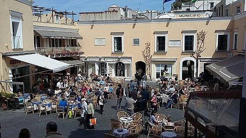 La oficina de turismo se encuentra a la izquierda en la piazzeta