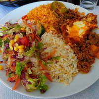 le délicieux plat du jour, viande hachée, salade, blé épicé, riz