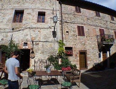 Una piazza , il ristorante Porta del Chianti , statua di Luca , lo chef Agostino .