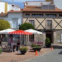 Fachada del restaurante y pequeña terraza de la que dispone