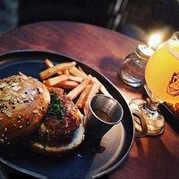 Hamburguesa con cerveza, la pareja perfecta