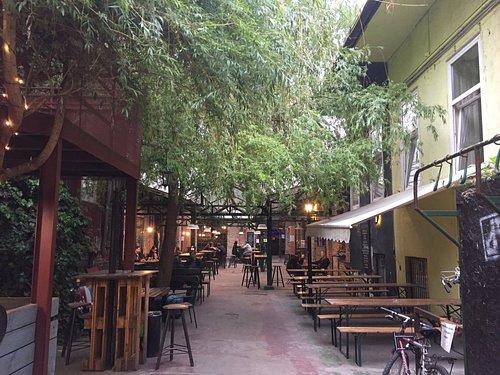 美術館の横にあり、奥にはクラフトビールのお店もあります