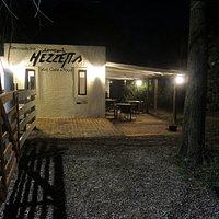 la entrada al espacio del flaco Mezzetta  , ver su arte y comer unas pizzas en el horno de barro