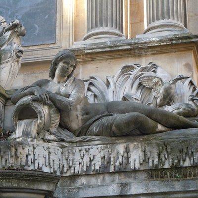 Statue à droite de la statue principale