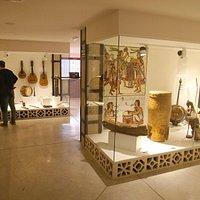 Museo de Música Étnica de Busot. Detalle de las vitrinas, que contienen más de 200 instrumentos.