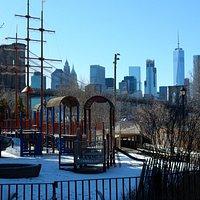 Main Street Park com vista da Ponte de Brooklyn e o parque infantil