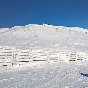 Vue sur le Puy de la Perdrix et la gare d'arrivée des télécabines
