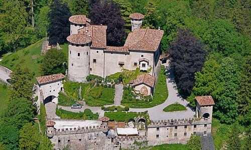 foto aerea del castello che mostra elementi architettonici di ogni secolo passato, dal XII al XX
