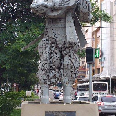 Monumento em homenagem ao Teixeirinha