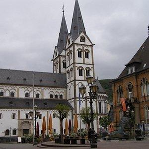 St. Severus教堂位居博帕德小城中央