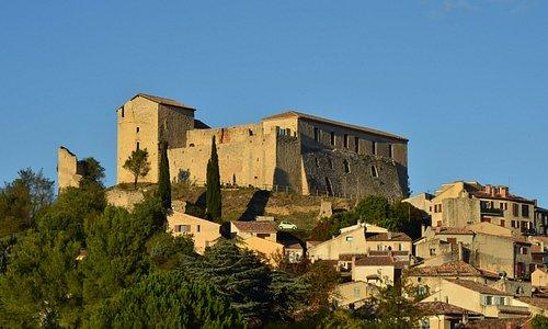 Le château perché en haut du village de Gréoux