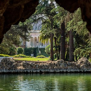 Palacio colonial desde Gruta del lago. Parc Samà