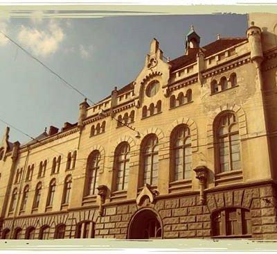 Фасад у сонячний день.