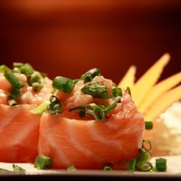 Gunkan de salmão.