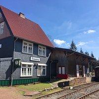 Bahnhof und die Gastwirtschaft Gleis 1 von den Gleisen aus gesehen