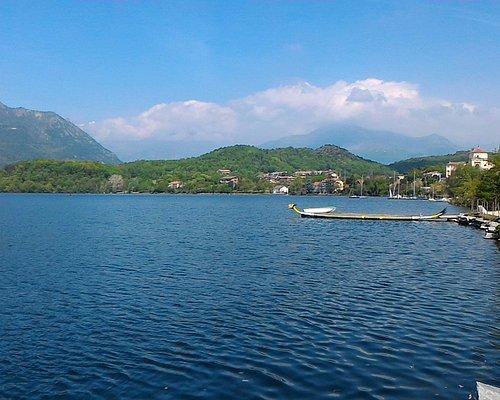 La passeggiato lungo lago e lo scanario sullo sfondo