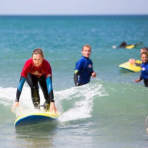 Learner surfer applying the theory of standing up on her surfboard