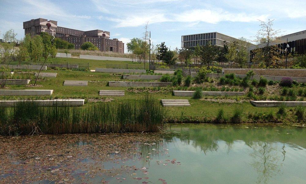 L'étang et parc en paliers
