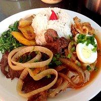 Tutu com arroz, feijão, bife acebolado, couve e banana da terra