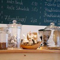 Italienischer Kaffee, hausgemachte Kuchen und eine schöne Auswahl an Weinen