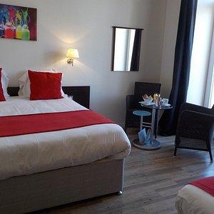 chambre triple : lit queen size (160*200) et lit simple (1pers)