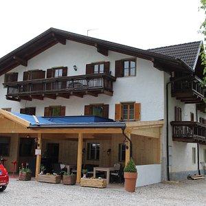 L'hotel col ristorante a piano terra e le camere al primo e secondo