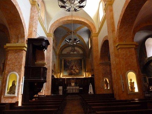 Vue intérieure sur l'autel