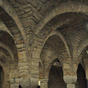 San Vitale e Agricola in Arena. Detalle arcos cripta siglo XI