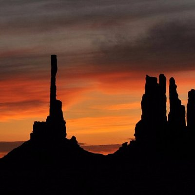 sunrise 2.5 hrs tours near the back country of Monument valley. witness the beauty of  a new day