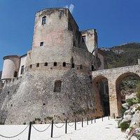 Il Castello visto dal piazzale antistante