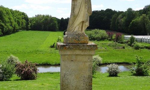 statue dans le parc des établissements Ste Jeanne d'Arc