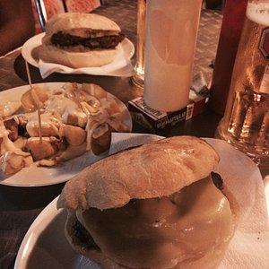 Hamburguesa doble con queso y cebolla y patatas bravas con salsa Latorre2
